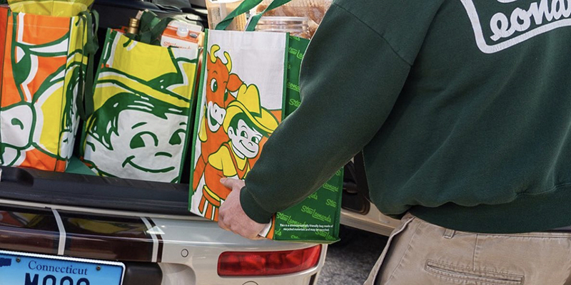 A Stew Leonard's Team Member loading a car with bags of groceries.
